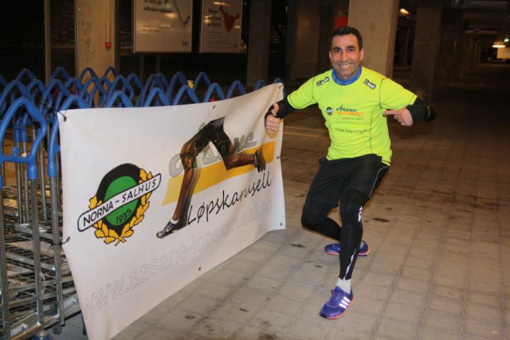 Akram Wali poserer med karusellens flotte T-skjorte.