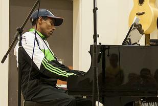 Haile Gebrselassie viser at han kan mer enn å løpe fort. (Foto: Bjørn Johannessen)