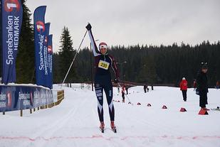 Ragnhild Hafsahl Karset jubler for seier på hjemmebane i Hedmarks største turrenn, Stenfjellrunden på Gåsbu første lørdag i februar i år. (Foto: Sten Arne Negård)