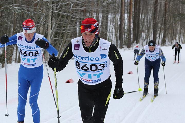 Ola Kvaale (8603) og Richard Kringhaug (8608) på veg til 3. og 4. plass på 15 km klassisk i klasse M9 (70-74 år) i de finske skoger lørdag. (Arrangørfoto)
