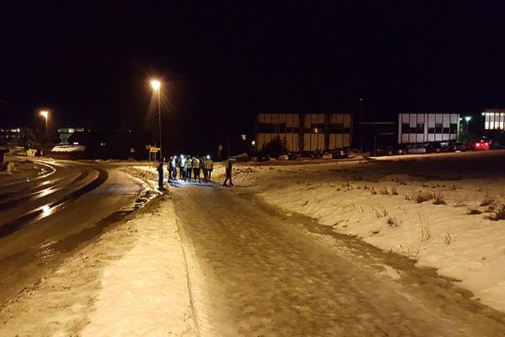 Nei, dette er ikke en gruppe som venter på bussen i Byflaten, men feltet i sesongens nest siste løp i Snøkuten. (Foto: Stein Arne Negård)