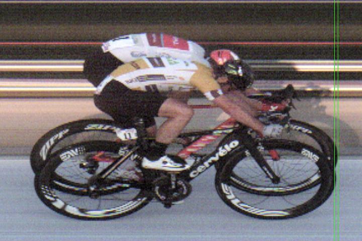 Knepen seier: Det måtte finstudering til av målbildet før Alexander Kristoff kunne kåres til vinner av femte og siste etappe. Cavendish med gulltrøya er nærmest, mens Kristoff er lengst fra kameraet.