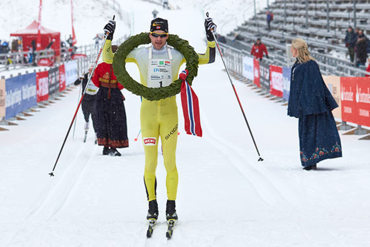 Arne Post går i mål som suveren vinner i Holmenkollmarsjen (foto: Stian Schløsser Møller).