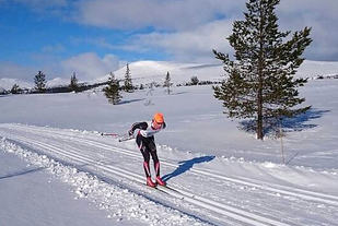 Thomas Gjestrumsbakken alene i tet under fjorårets rekordrenn mellom Eltdalen og Jordet. (Foto: Erling Søby)