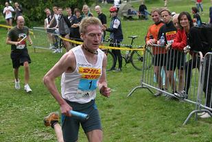 Marius Bakken er en av mange svært gode løpere som har løpt DHL- eller Manpowerstafetten. Her ser vi han lange ut på Ekeberg i 2005. (Foto: Runar Gilberg)
