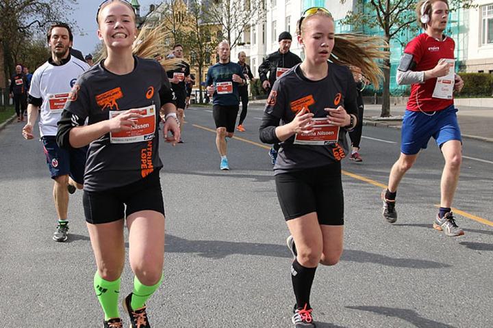 Ungjentene Mia og Emma Nilssen Randlev, to av rundt 43 % kvinner som deltar i Sentrumsløpet. Foto: Heming Leira