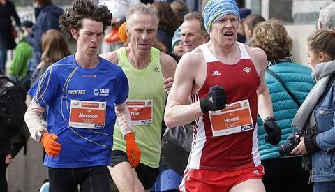 Kristen Aaby holdt følge med langt yngre - og sterke løpere - i Sentrumsløpet. Her ser vi han mellom Alexander Holm og Harald Solhaug Næss. (Foto: Kjell Vigestad)