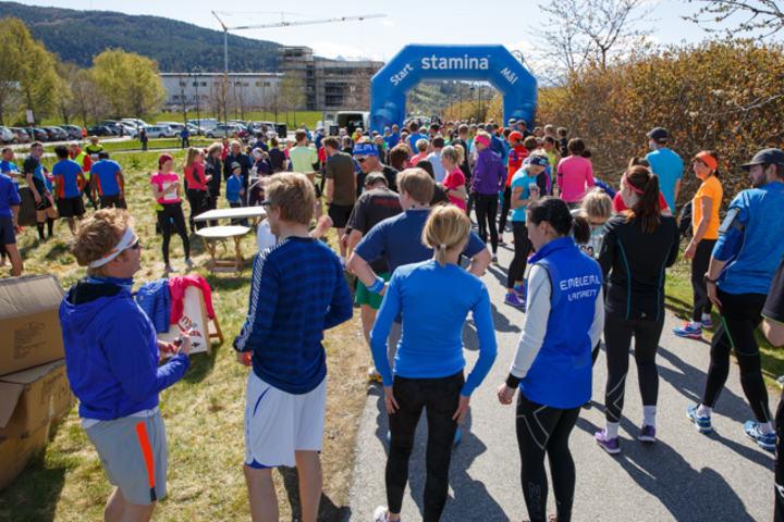 I 2015 deltok 51 kvinner av totalt 176 løper under Ålesund Maraton. Arrangøren håper på enda flere kvinner i løypa langs Brusdalsvatnet 14. mai. Foto: Pål André Måseidvåg