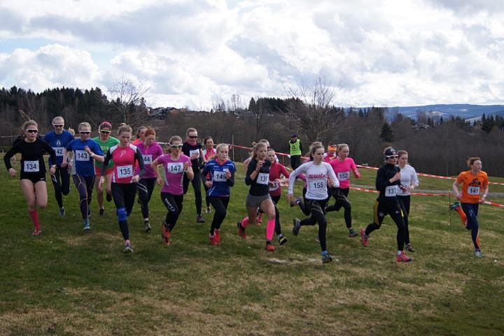 Fra starten for alle jenteklasser fra 15 og oppover på Mjøsen Golfbane søndag. (Foto: Dag Kåshagen)