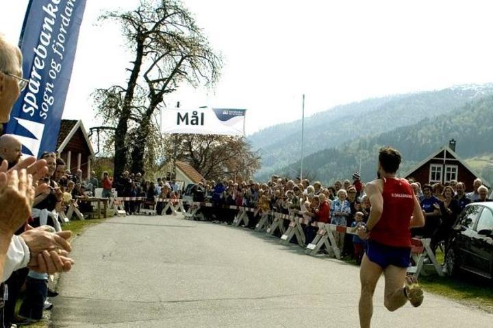 Her løper Rune Opem i mål som vinner i 2009 på tiden 27:53, i år gikk det betydelig raskere.