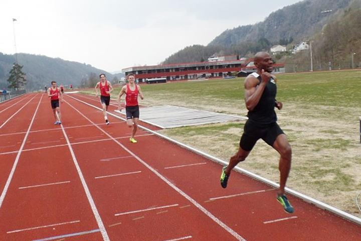 Yeimer Lopez løp på 1.48,76 i noe vindfulle forhold på Osterøy. (Foto: arrangøren)