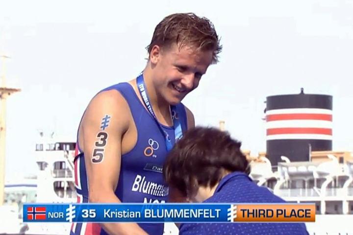 Kristian BLummenfelt på seierspallen. Fanget opp fra TV-ruta av Dag Oliver.