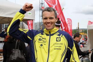 Jarle Risa jubler etter seieren i Ecotrail Oslo (foto: Olav Engen).
