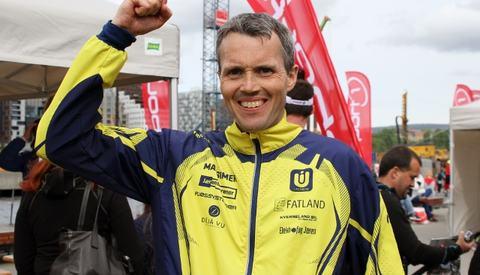 Jarle Risa jubler over seieren på Ecotrails lengste distanse (foto: Olav Engen).