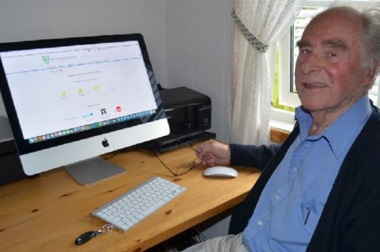 Egil Brånen (86) foran PC-en sin
