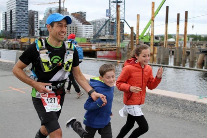 Alex Mason fikk følge av barna inn mot mål (foto: Olav Engen)