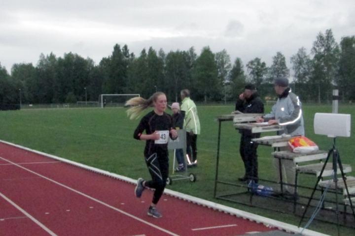 Christine Nystuen har vist seg uslåelig i Kongsvingerkarusellen i år. Her vinner hun sitt fjerde strake karuselløp. (Foto: Liv-Berit Roland)