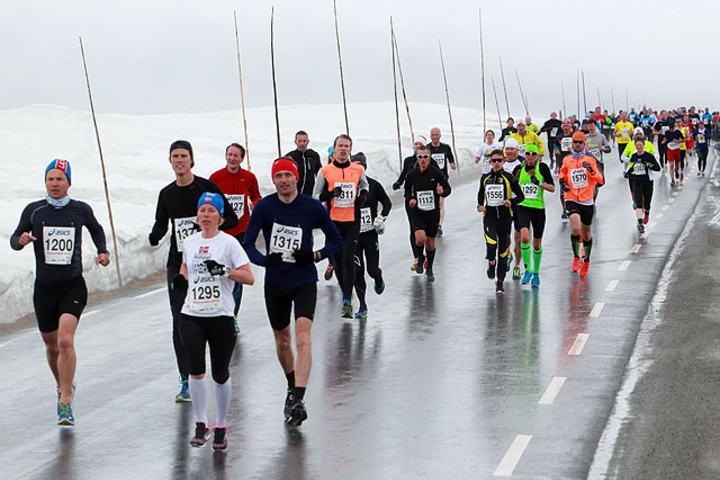 Etter 1,5 km: De aller beste av de 600 løperne har allerede passert og feltet er i ferd med å strekke seg ut. Først på bildet er Åse Klinkenberg som ble nr. 6 i dameklassen på 1.27.19. I fjor ble hun også nr. 6, men brukte da 10 minutter og 11 sekunder mer. (Foto: Kjell Vigestad)