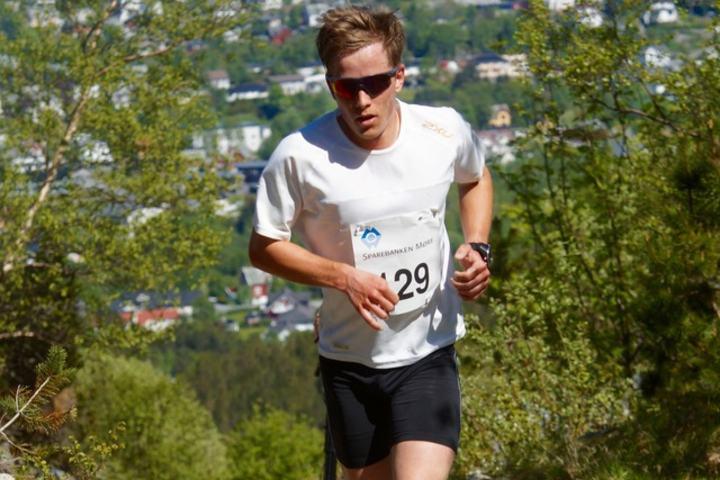 Vinneren Sigve Høydal bor og jobber i Volda. Lørdag tok han turen til Langevåg utenfor Ålesund for å springe motbakkeløp. Foto: Jostein Håland