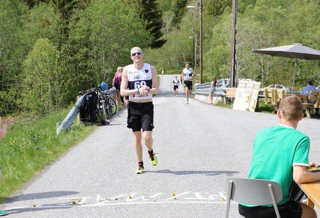 Øyvind Helstrøm først i mål i fjor. Foto: Jan Petter Venøy