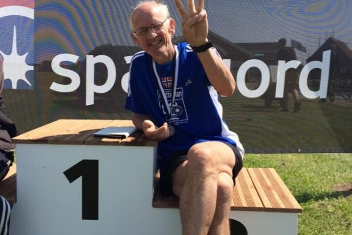 Per Audun Heskestad med tre fingre opp for tre seire på sine tre 24-timersløp i Danmark og Sverige (arrangørfoto).