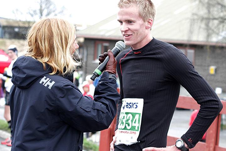 Vinner av Miniton: Rune Bilit blir intervjuet av speakeren rett etter målpassering.