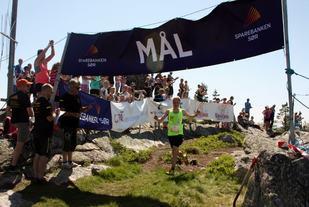Torstein Tengsareid passerer målseilet som første løper i konkurranseklassen (arrangørfoto).