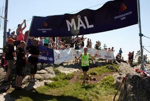 Torstein Tengsareid løper inn til seier i 2016. (Foto: Arrangøren)