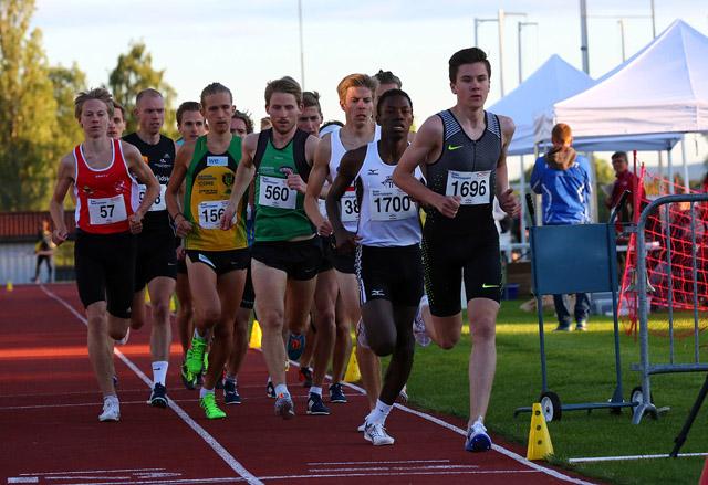 Jakob Ingebrigtsen går rett i teten på 3000m. Trykk på bildet for ...
