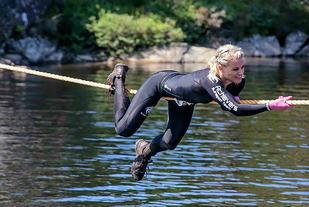 Noen hindere og noen deltakere er tøffere enn andre (Foto: Arrangør)