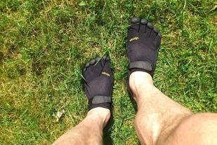 Barfotløping eller løping med minimalistiske sko, som f.eks. Five Fingers, er morsom variasjon og ikke minst nyttig for teknikk og styrking av legger.