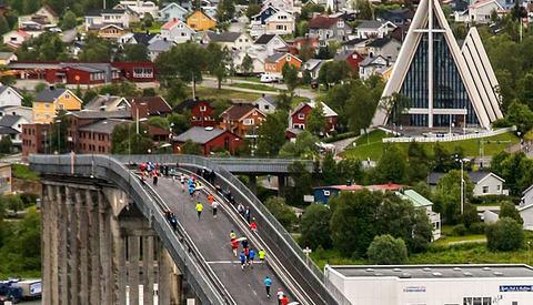 Maraton: Over Tromsøbroa og forbi Ishavskatedralen med start lørdag kl. 20.30. Foto: Truls Tiller
