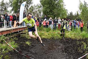 Anders Skaare i luftig svev mot gjørma. (Alle foto: Bjørn Johannessen)