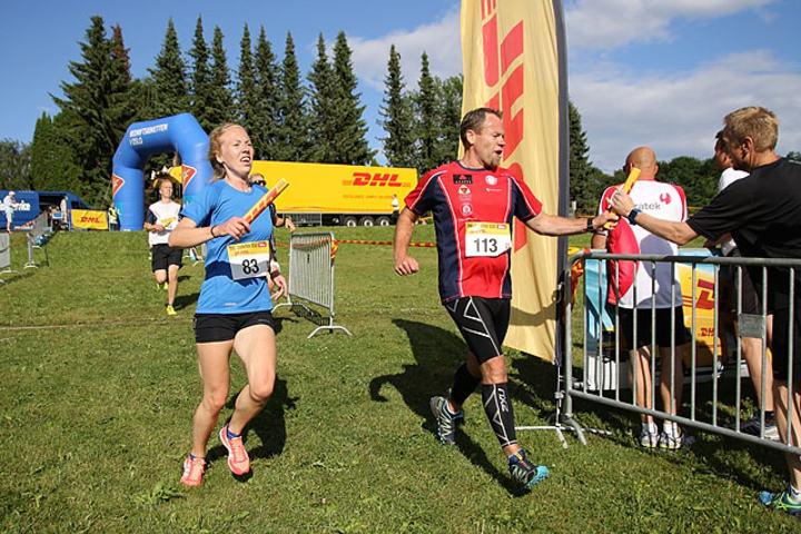 Hilde Visthoff Drange, Visma Consulting og Thom-Arne Norheim, Eidsvoll Værks Skiklub veksler etter førsteetappen.