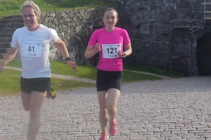 Beste dameløper, Sofie Mohn, fulgte Andre Sætheråsen opp bakkene til festningen. (Foto: Liv-Berit Roland)