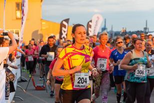 Kristin Rosebø var en av de nesten 300 som løp inn i  aftensolen. Foto: Adam Stirling