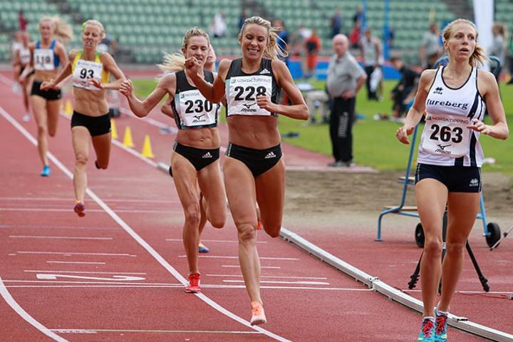 Svenske Hanna Hermansson (th) vant og satte personlig rekord på 800 m. Tett etter følger Ingvill Måkestad Bovim og Karoline Bjerkeli Grøvdal. Foto: Kjell Vigestad