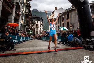 Yngvild Kaspersen kunne jublende løpe i mål i Chamonix som vinner av Cross-løpet. (Foto: Martina Valmossoi / Salomon)