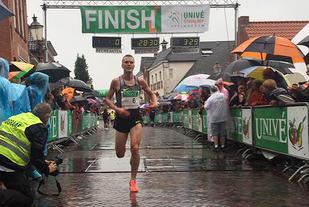 I øsende regnvær løp Sondre Nordstad Moen inn til ny 10 km-pers. (Foto: Jasper Buitink)