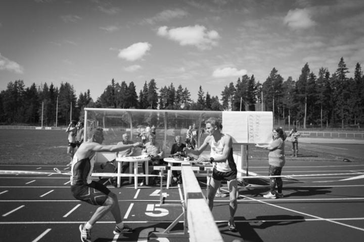 I føringen. Ola Sakshaug løp for Kristiansand LK/Steinkjer FiK. Her tar han over i Krokom. Ved målgang i Åre leder klubben med over ti minutter til svenskene i Sportsgym.