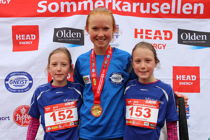 Vinner Adele Henriksen med tvillingene Emma og Anna Hanstveit etter løp 2. Fotograf : Arne Dag Myking