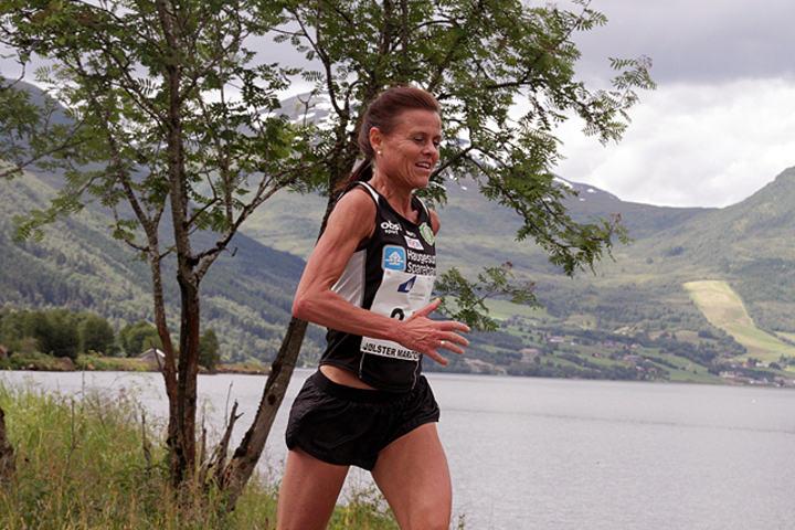 Hilde Solland Plassen på veg mot seier i Jølster Maraton tidligere i sommer. (Foto: Tom Roger Johansen)