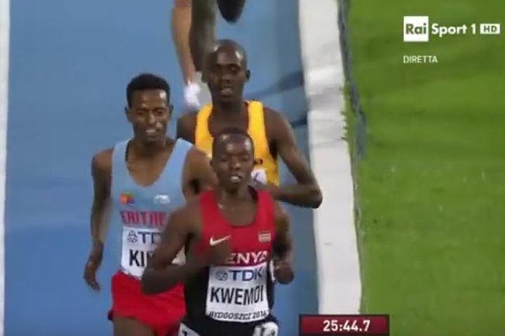 Kwemoi i teten foran Kifle og Kiplimo på slutten av 10000m løpet.