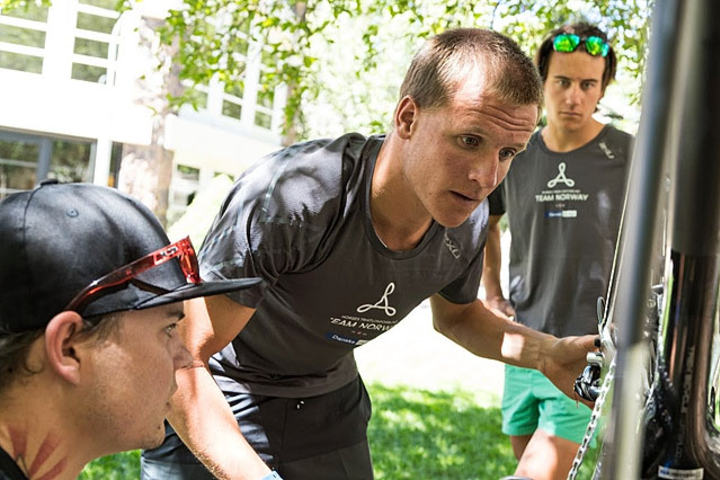 Kristian Blummenfelt får hjelp fra selskapet Ceramic Speed til å trimme sykkelen til å bli best mulig. Foto: Jesper Grønnemark