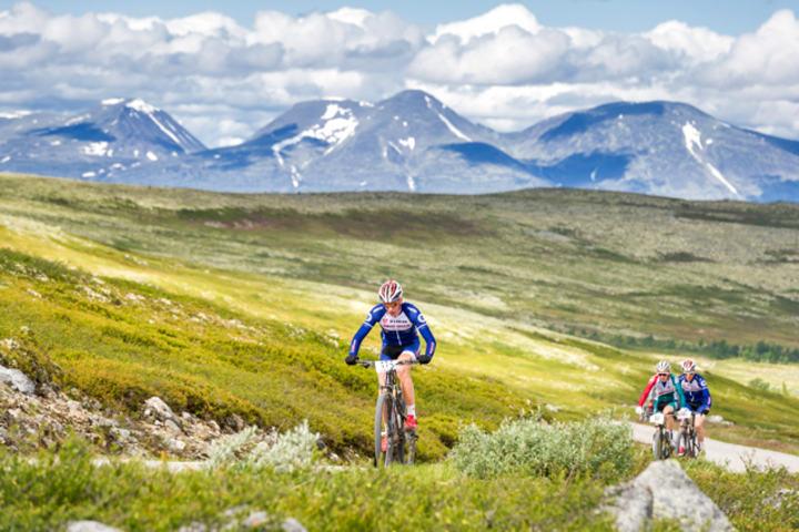 Eirik Fiskvik, Team Trek Mesterhus i tet foran Erik Sotberg, Gauldal SK og team-kollega Knut Erik Nesteby med mektige Sølen i bakgrunnen for et år siden. (Foto: Ola Matsson)
