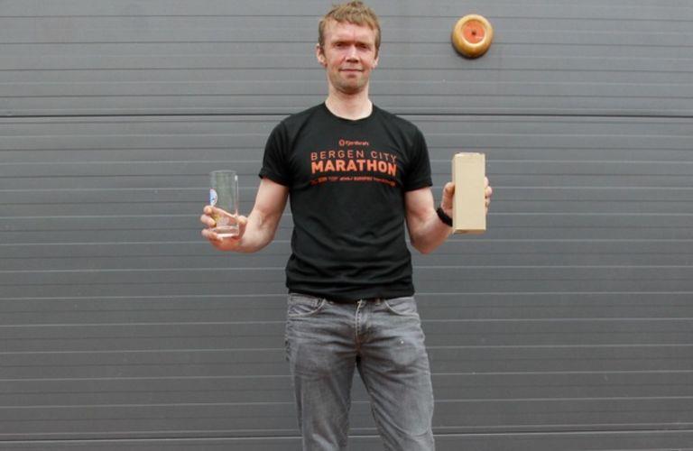 Helge Hafsås kunne enda en gang stå øverst på pallen i et maratonløp. Etter litt motgang og skader er Helge nå på vinnersporet igjen i sitt 50. leveår