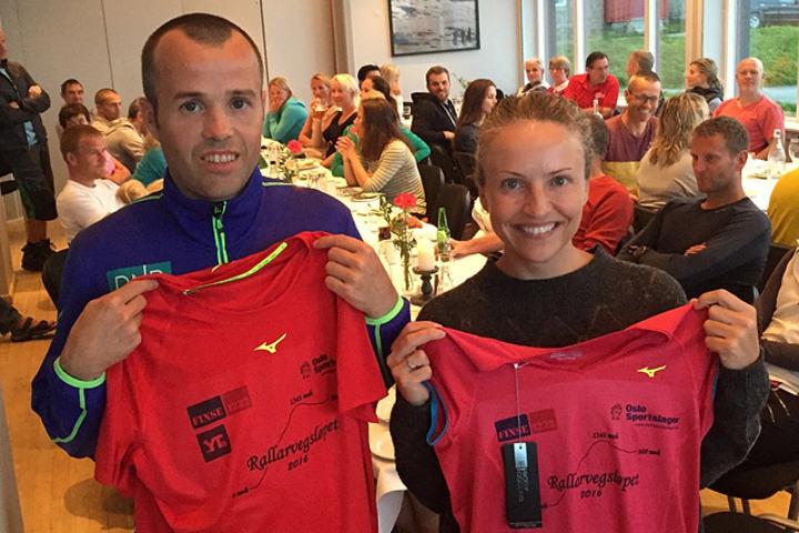 Svein Ove Risa og Therese Falk kunne ta på seg de rødrosa ledertrøyene etter første etappe i Rallarvegsløpet. (Foto: Peder Tubaas)