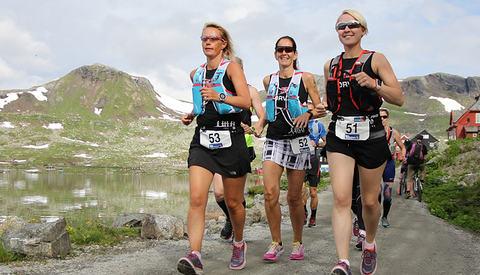 Sola og løperne smilte om kapp også på den 27 km lange andreetappen. Her ser vi Skiløper-trioen Camilla Rodal, Helga Kringen og Elisabeth Thorsvik. (Foto: Anders Øksenholt)