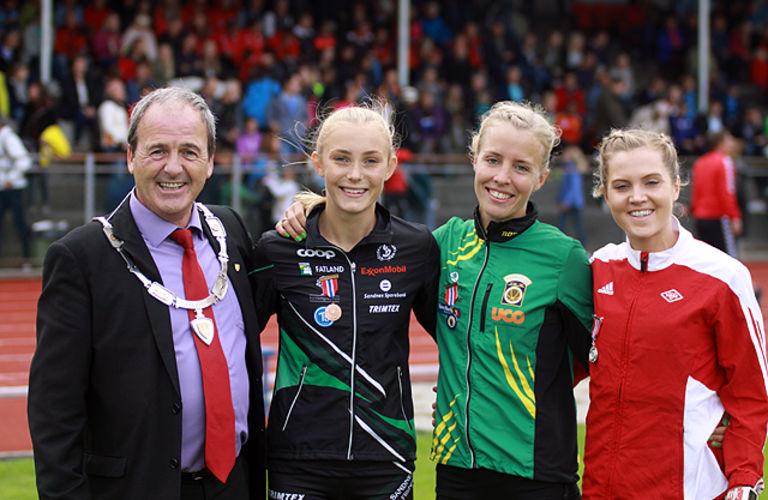 Ordfører Terje Mathiassen sammen med trioen Camilla Ziesler, Ida Fillingsnes og Kristine Eikrem Engeset