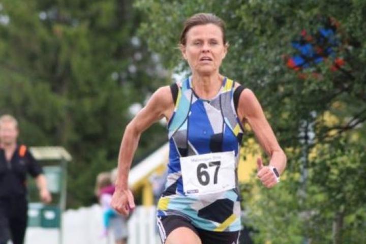 Hilde Solland Plassen spurter mot mål til seier og vandrepokal. (Foto: Åshild Sveen Gussgard)